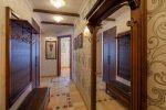 Дизайн коридора в квартире в классическом стиле – Двухкомнатная квартира с перепланировкой 2014. Светлый классический стиль. 78 кв. м.