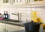 Фартук на кухне белой – фото, черно-белый, для черной, с красным, с фиолетовым, какой, столешница, плитка серого цвета глянцевая, видео