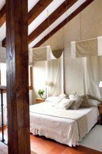 Фото дизайн мансардной спальни – дизайн интерьера комнаты на чердаке в доме со стойками, на мансардном этаже с комбинированной отделкой