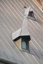 Фото крыш частных домов из профнастила – как выбрать кровельный профлист и доборные элементы, устройство кровли по деревянной обрешетке, тонкости монтажа
