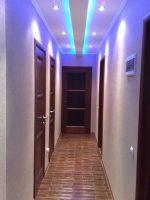 Фото в прихожей подвесные потолки – дизайн с фотопечатью двухуровневого парящего потолочного покрытия с глянцевой поверхностью для длинной прихожей