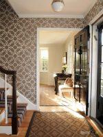 Интерьер со светлыми обоями – крупный рисунок и узоры на стенах в комнату, сочетания обоев-компаньонов с мебелью, полом и дверями в интерьере