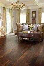 Интерьер темный – сочетание со светлыми стенами и коричневой мебелью в маленькой квартире, комбинации с белыми обоями и дверями