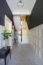 Коридор дизайн в частном доме фото – идеи в интерьере, отделка стен и оформление лестницы, планировка маленькой прихожей с окном