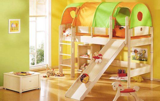Кровать в детской комнате – мягкие белые и другого цвета модели кроваток с изголовьем и ограничителем для малышей