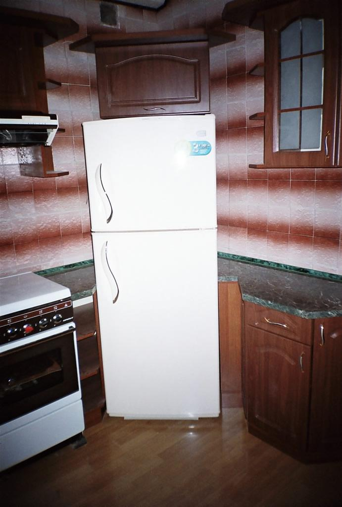 кухня с холодильником в углу фото аргумент тех