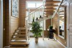 Кухня под лестницей на второй этаж – встроенный шкаф-купе, туалет, кухня, камин, мебель под лестничными пролетами в гостиной, прихожей – план, фото дизайна, окна на лестнице, интерьер с ящиками в ступеньках