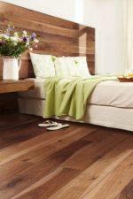 Ламинат в спальне на стене – сочетание цвета с полом и потолком в гостиной или прихожей квартиры, комбинируем с камнем и обоями