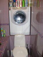 Машинка стиральная над унитазом фото