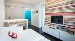Разноцветные обои в комнате