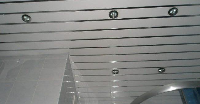Реечный потолок в ванной комнате фото – Реечный потолок в ванной — установка своими руками с фото от «Про Ванну.Ком»