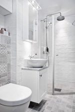 Санузел в частном доме с окном фото – планировка под лестницей на второй этаж, как устроить вентиляцию в ванной и туалете на даче, оптимальные размеры и интересные проекты