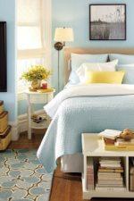 Спальня классическая в светлых тонах – дизайн интерьера в пастельных тонах с темной кроватью в современном и классическом стиле, бежевые обои и декор