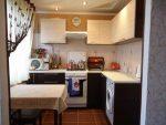Встроенный шкаф на кухне фото – фото узких на кухню, стол под окном, лампы встроенные, выдвижные полки, нижние, настенные, стильные, отдельные, видео