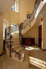 Холл в частном доме с лестницей